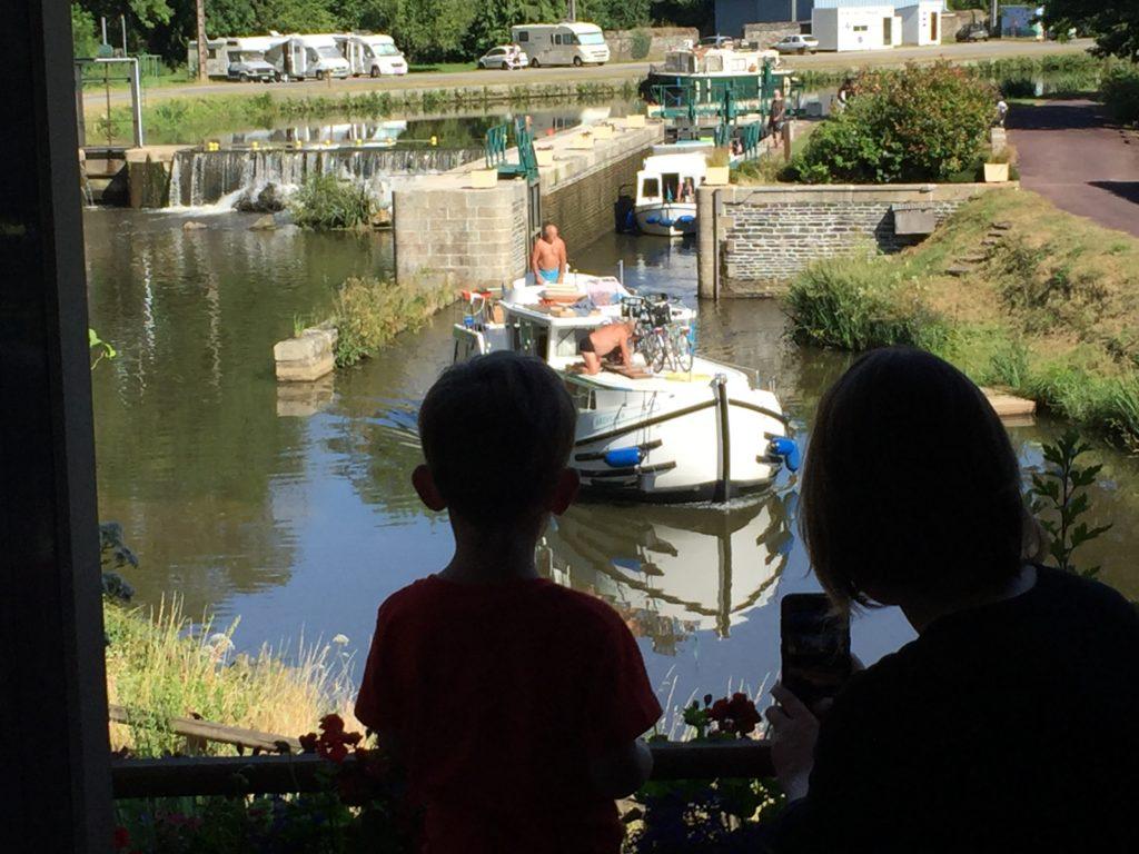 Canal de Nantes à Brest: bateau à l'écluse de Rohan