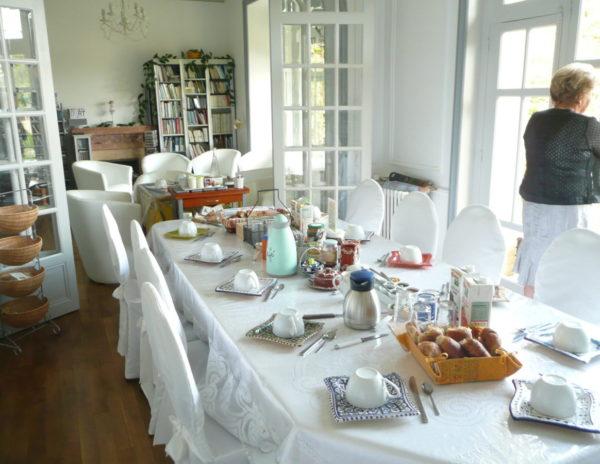 Petit déjeuner, Villa Tranquillité, vue sur le canal