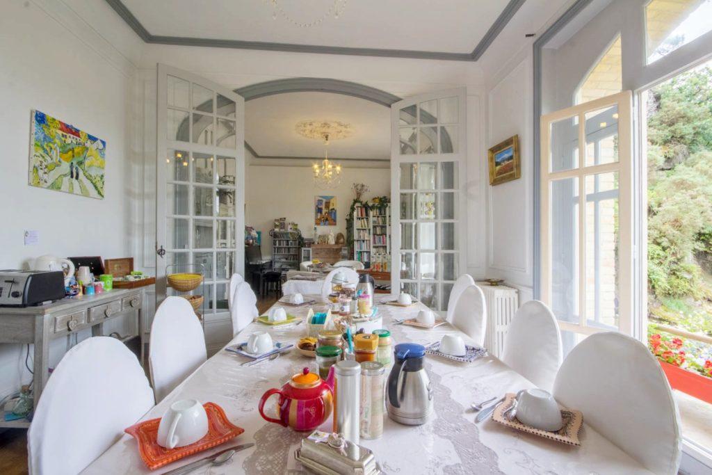 Villa Tranquillité, petit déjeuner, vue sur le canal de Nantes à Brest