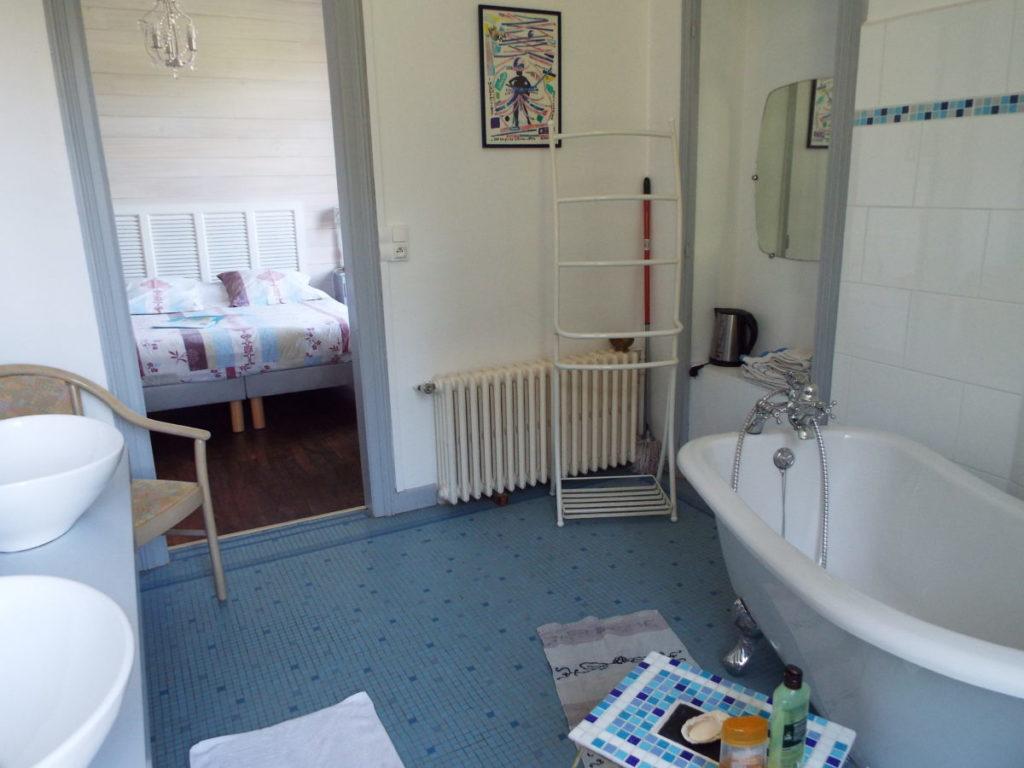 Spacieuse salle de bain (10m2) de la chambre Duc de Rohan. J'ai ajouté un petit frigidaire