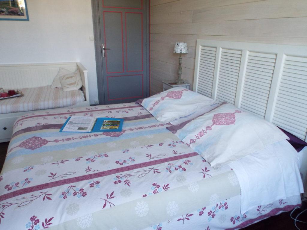 La chambre d'hôte Duc de Rohan est une chambre familiale qui comporte un lit double et un lit d'appoint pour adulte ou deux enfants