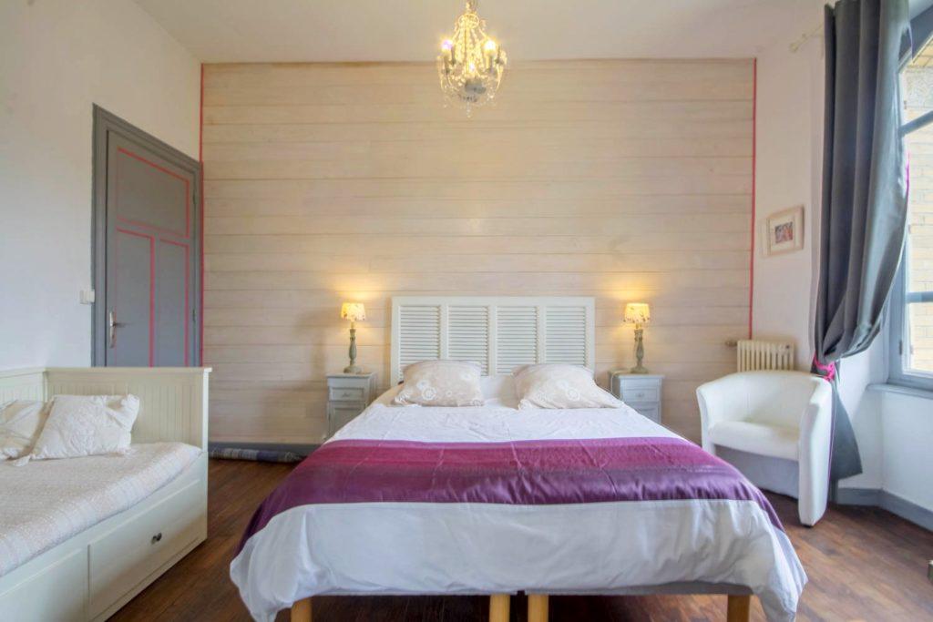 Chambre d'hôte Duc de Rohan, vue sur le canal de Nantes à Brest. Elle comporte un lit d'appoint. Villa tranquillité