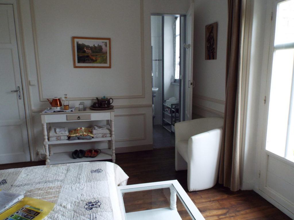 Voici l'accès au petit cabinet de toilette de la chambre d'hôte La Comtesse, avec douche italienne et un petit lavabo. Petit, mais pratique.