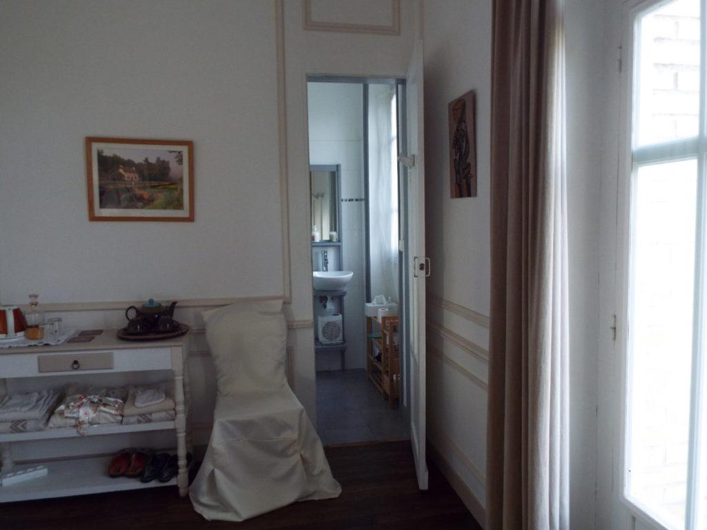 Voici l'accès au petit cabinet de toilette de la chambre d'hôte La Comtesse, avec douche italienne, lavabo et WC. Petit mais confortable