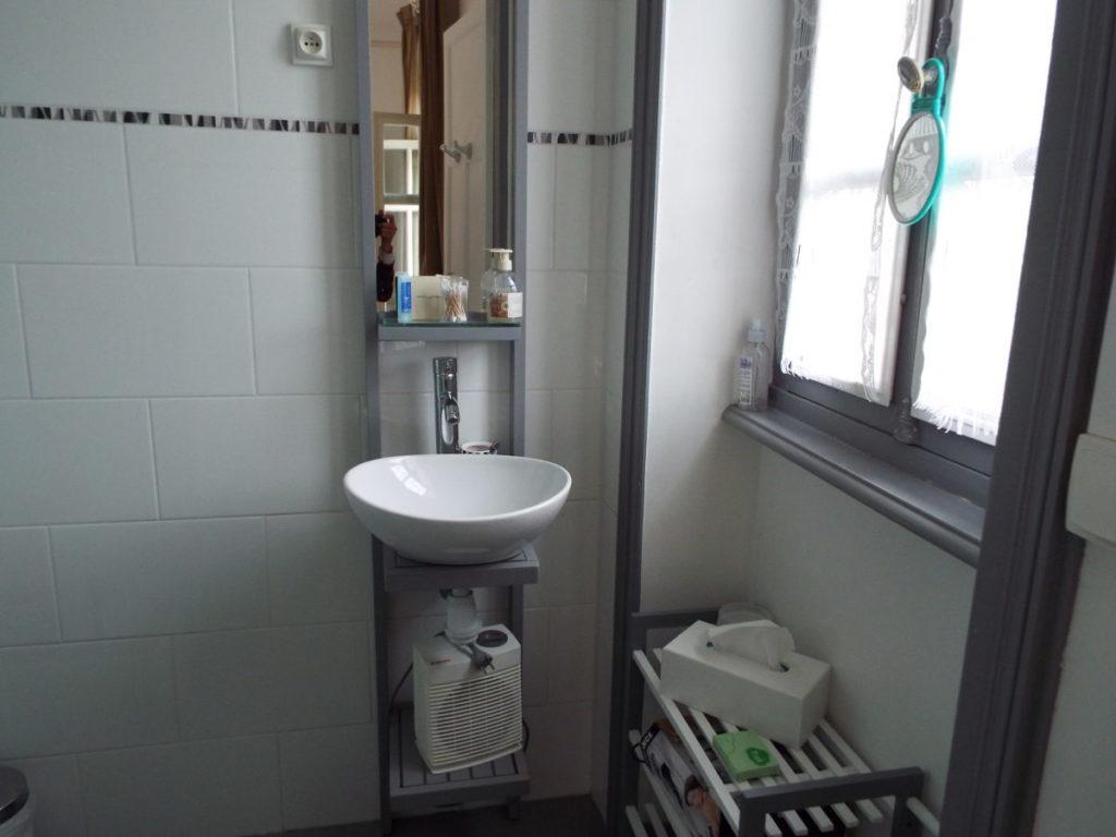 Petit cabinet de toilette de la chambre d'hôte La Comtesse, avec douche italienne et un petit lavabo