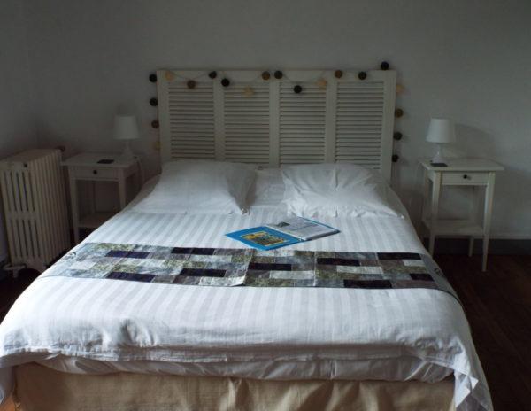 Lit en 160 de la chambre d'hôtes La Roche Brune. Depuis la balcon, une jolie vue sur l'écluse et le canal de Nantes à Brest : Villa tranquillité