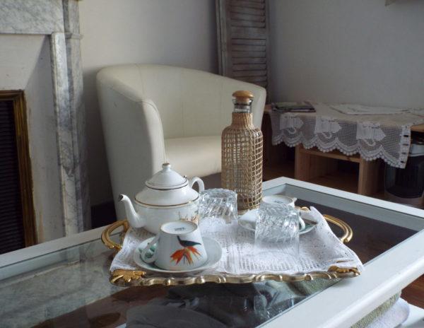 Plateau de courtoisie de la chambre la Roche Brune : pour se faire un petit thé sur place