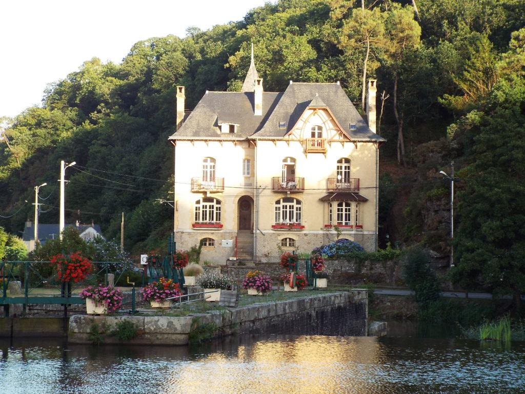 La Villa Tranquillité est située sur bord du Canal de Nantes à Brest. Elle bénéficie d'une très belle vue depuis les fenêtres des chambres d'hôtes, qui permet d'observer les bateaux passer à l'écluse et les vélos et randonneurs flâner sur le sentier de hallage.