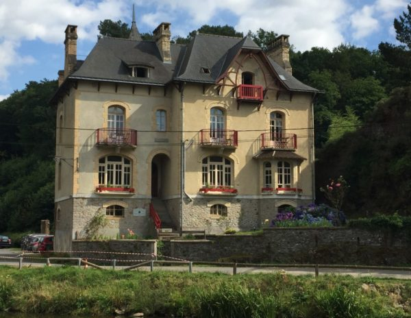 Prise de vue depuis le hallage, Villa Tranquillité, sur le canal de Nantes à Brest à Rohan