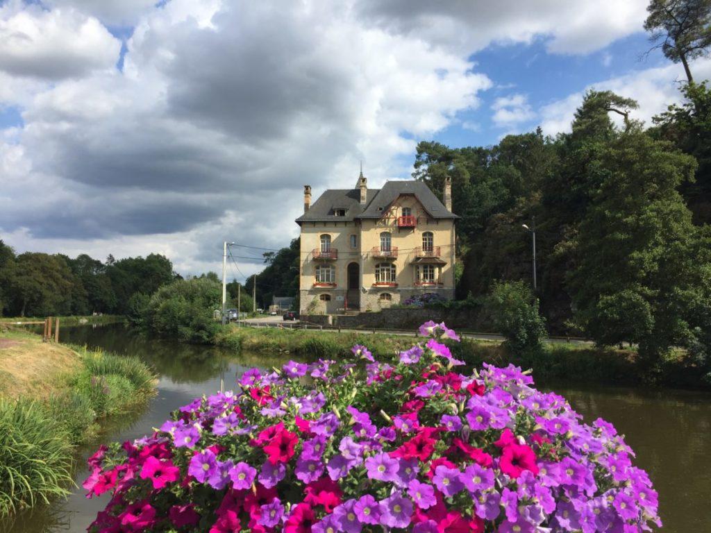 Prise de vue depuis l'écluse avec les pétunias. Villa Tranquillité, sur le canal de Nantes à Brest à Rohan