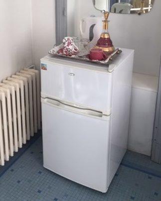Spacieuse salle de bain (10m2) de la chambre Duc de Rohan et son petit frigidaire