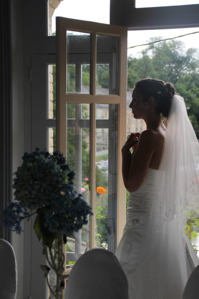 Rohan dispose d'une salle équipée et nous accueillons souvent des mariages. J'accueille souvent les mariés. Voici la mariée Marie-Jeanne devant la fenêtre