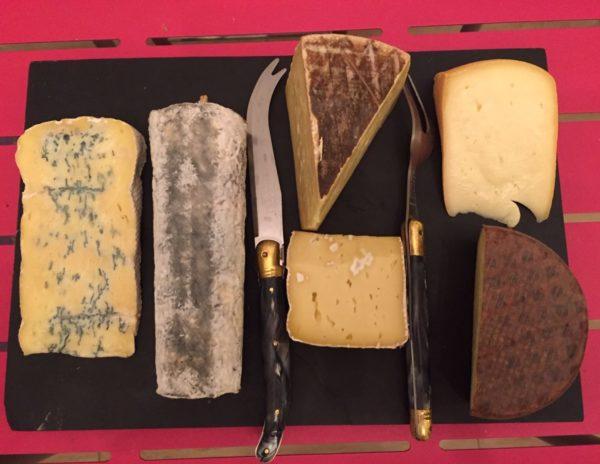 Le plateau de fromage de la Villa Tranquillité, Rohan 56. Il est de plus en plus rare de trouver un beau plateau de fromage dans les restaurants. Six fromages locaux ou bio