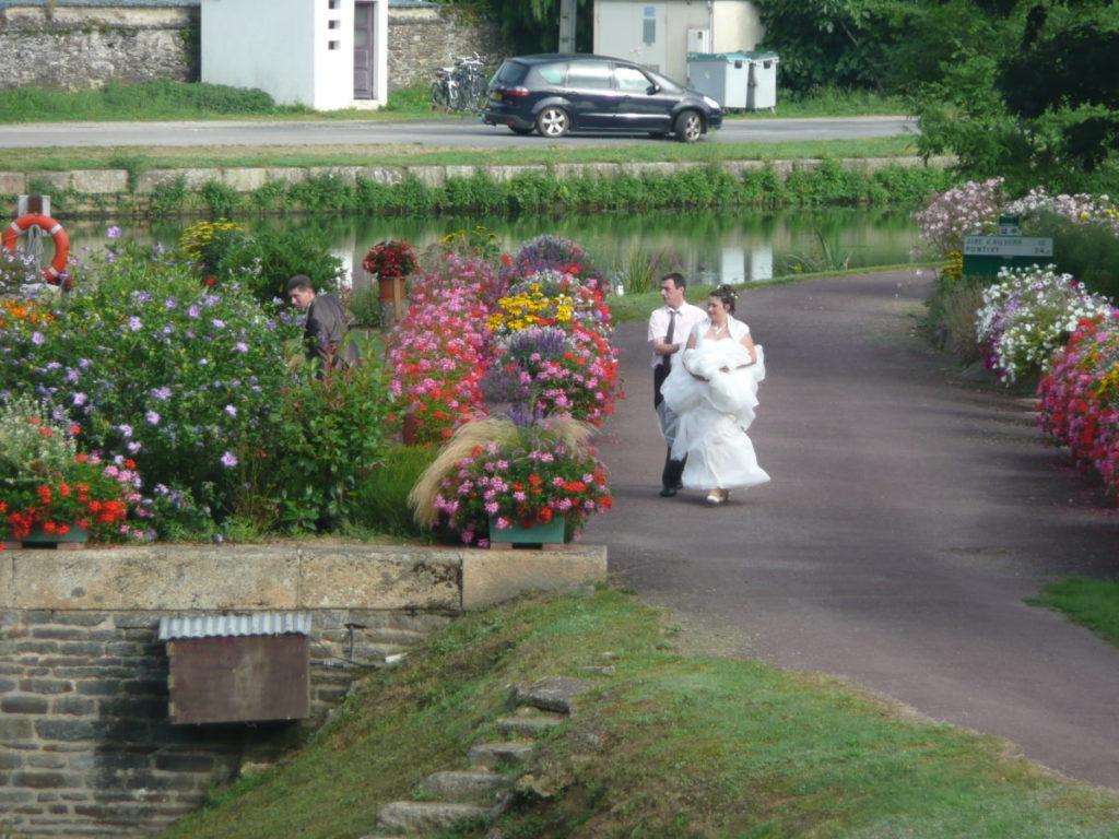 Rohan dispose d'une salle équipée et nous accueillons souvent des mariages. Ils se font souvent prendre en photo devant l'écluse.