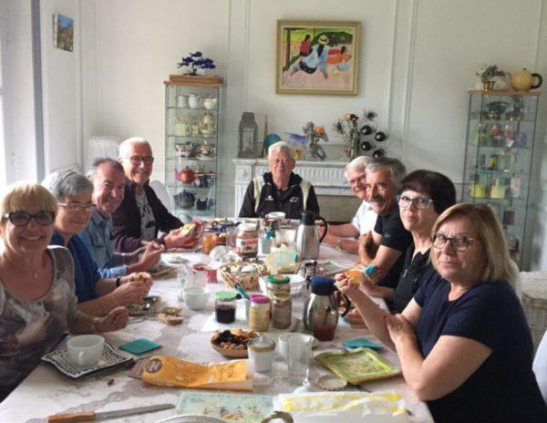 J'ai accueilli un groupe de provinçaux pendant 10 jours. Les voici au petit déjeuner, Villa Tranquillité à Rohan