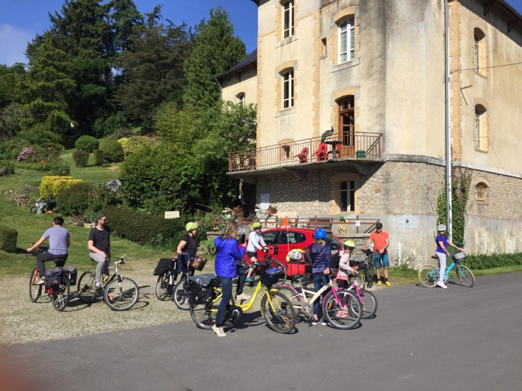 L'espace de la Villa Tranquillité permet d'accueillir des groupes. Voici un groupe d'enfant et d'adultesprêt à partir en vélo