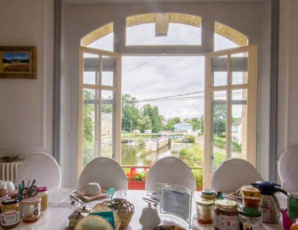 Table du petit_dejeuner, vue sur le canal