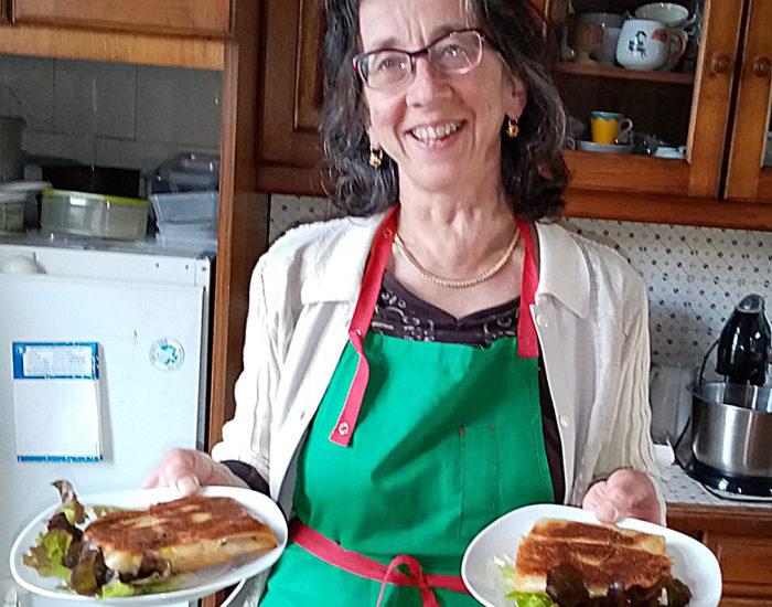 La cuisinière : me voici au travail en cuisine. . Table d'hôte de la Villa Tranquillité, Rohan 56