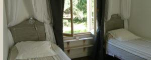 Chambre Les Randonneurs, deux lits, vue sur le jardin