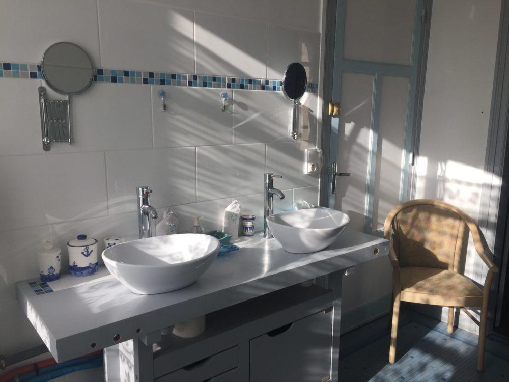 Spacieuse salle de bain (10m2) de la chambre Duc de Rohan, avec ses deux lavabos