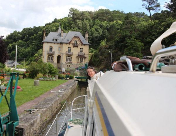 Je suis allée faire un tour de bateau et me voici passant l'écluse avec la Villa Tranquillité en arrière plan