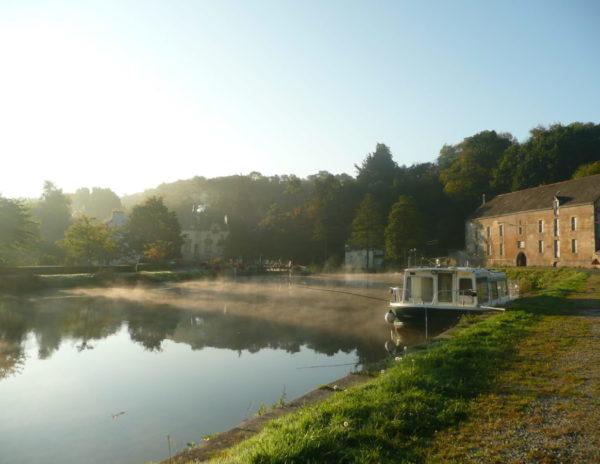 Villa Tranquillité dans la brume, sur le canal de Nantes à Brest avec un bateau accosté à l'ancien port de Rohan