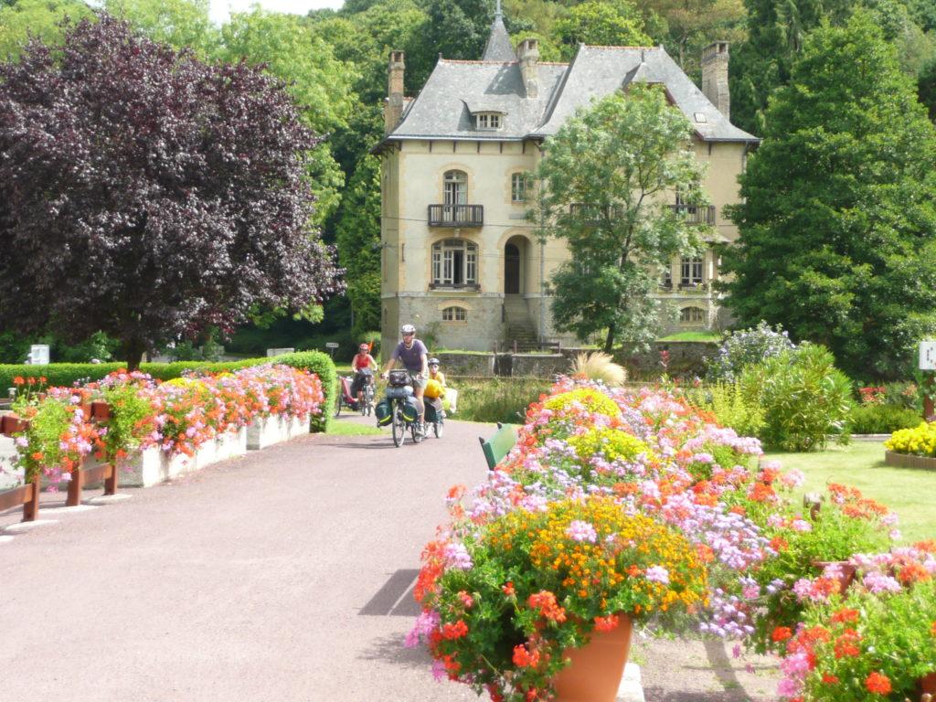 Trois vélo arrivent par le hallage devant la Villa Tranquillité