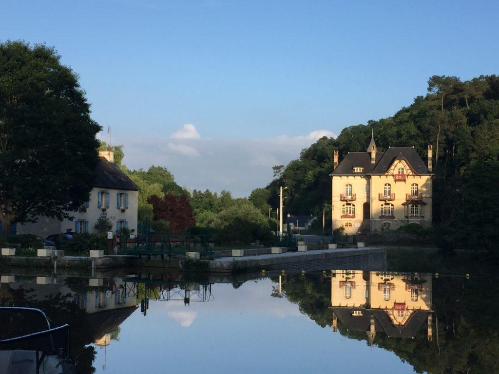 La Villa Tranquillité dans la lumière du soleil avec le reflet bleu du canal de Nantes à Brest