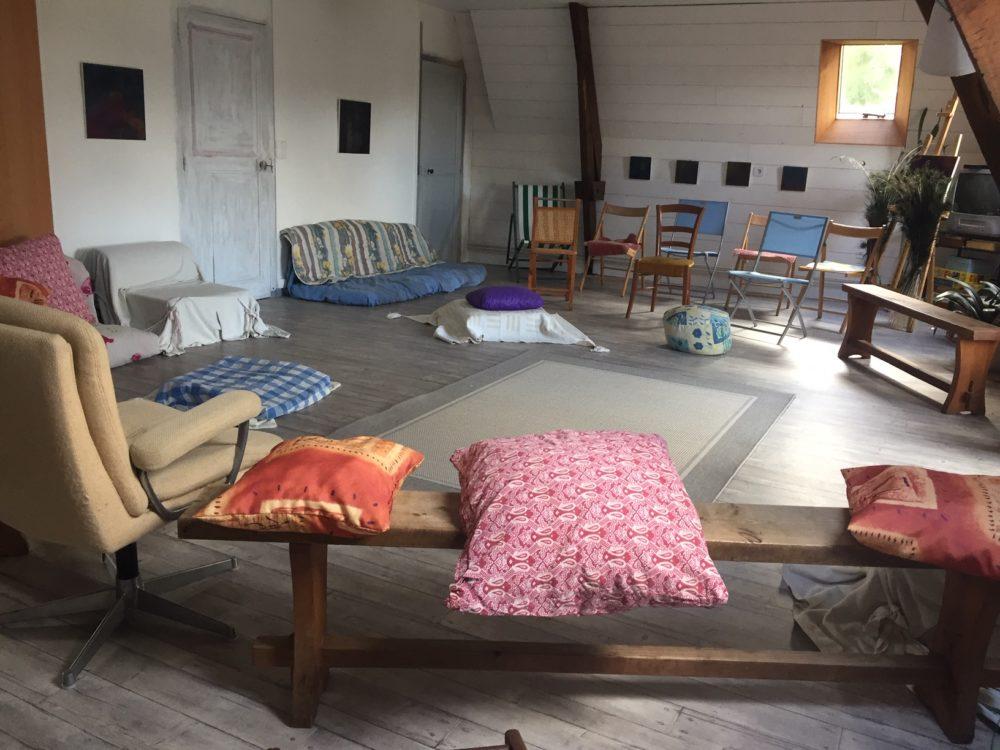 Au dernier étage de la Villa Tranquillité, une salle de 60m2 peut accueillir des groupes pour des stages, conférences et activités de bien-être comme le yoga