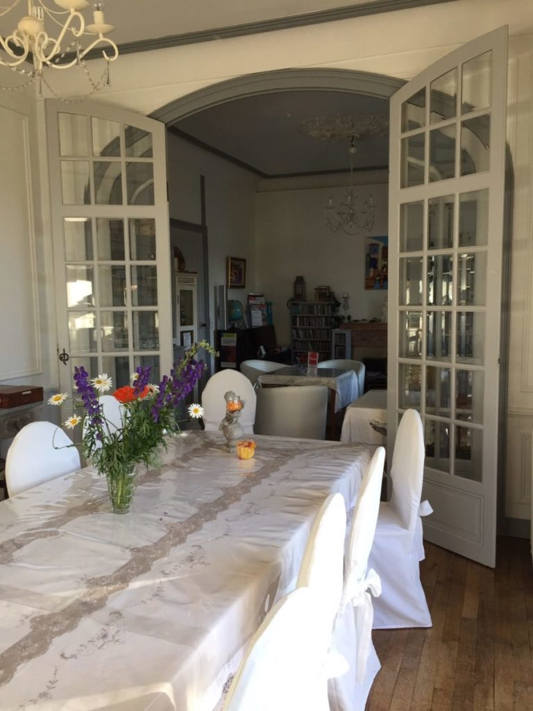 Le salon de la Villa Tranquillité a été ré-aménagé pour créer des espaces sécurisés. La grande table peut accueillir 6 personnes, un groupe ou une famille