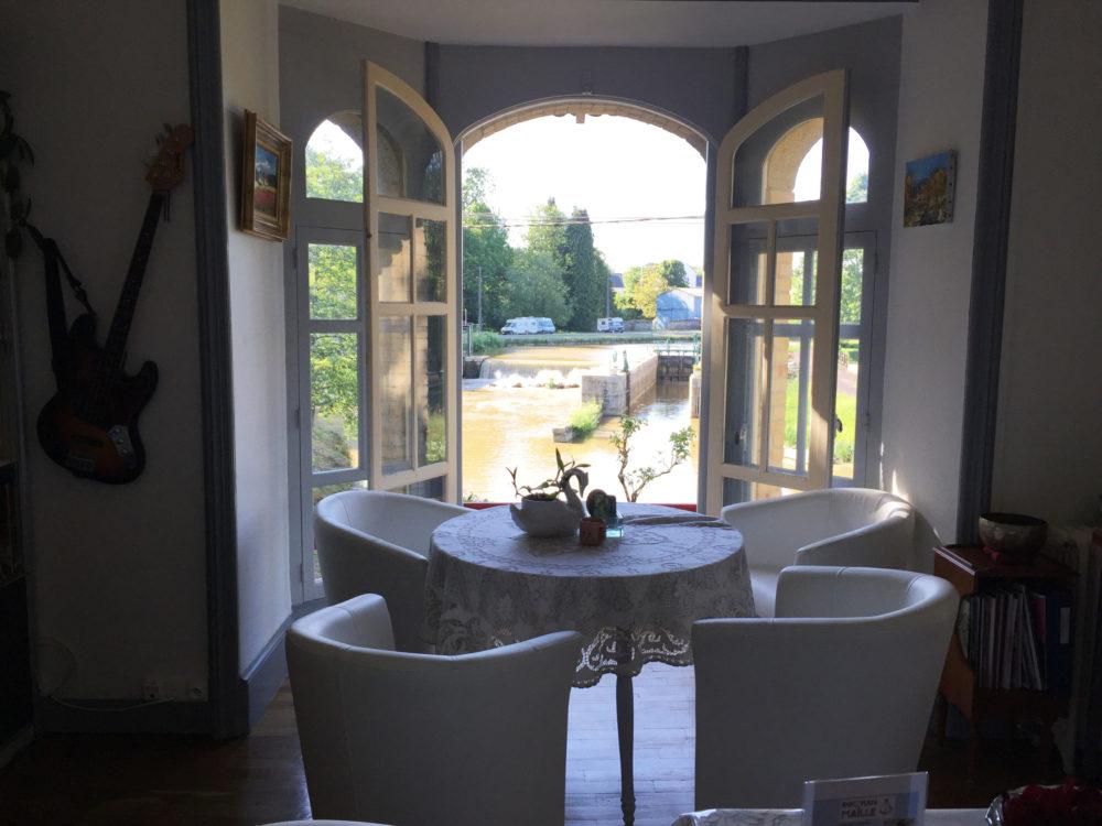 Le salon de la Villa Tranquillité a été ré-aménagé pour créer des espaces sécurisés. La table ronde peut accueillir 2 à 4 personnes. C'est agréable de dîner ou déjeuner avec la vue sur le canal.