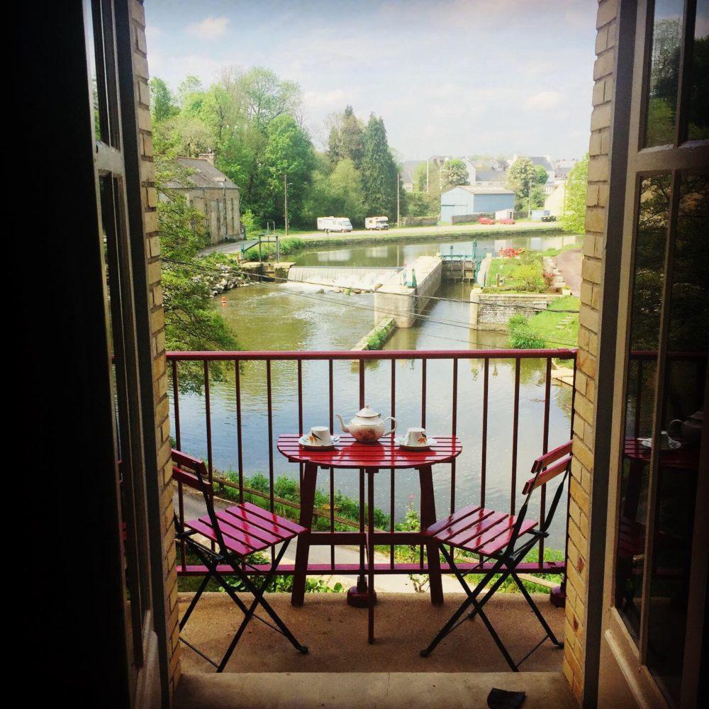 C'est agréable de prendre un thé ou un petit repas sur le balcon des chambres. Chambre d'hôte La Roche Brune, vue sur l'écluse et le canal de Nantes à Brest: Villa tranquillité