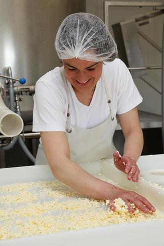 Vanessa Ropert nous propose de bons fromages à la La Ferme de Lintan. Que vous trouverez à la table d'hôte de la Villa tranquillité
