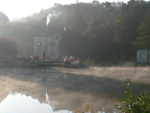 La mystérieuse Villa Tranquillité dans la brume, sur le canal de Nantes à Brest, par une fraîche matinée d'octobre